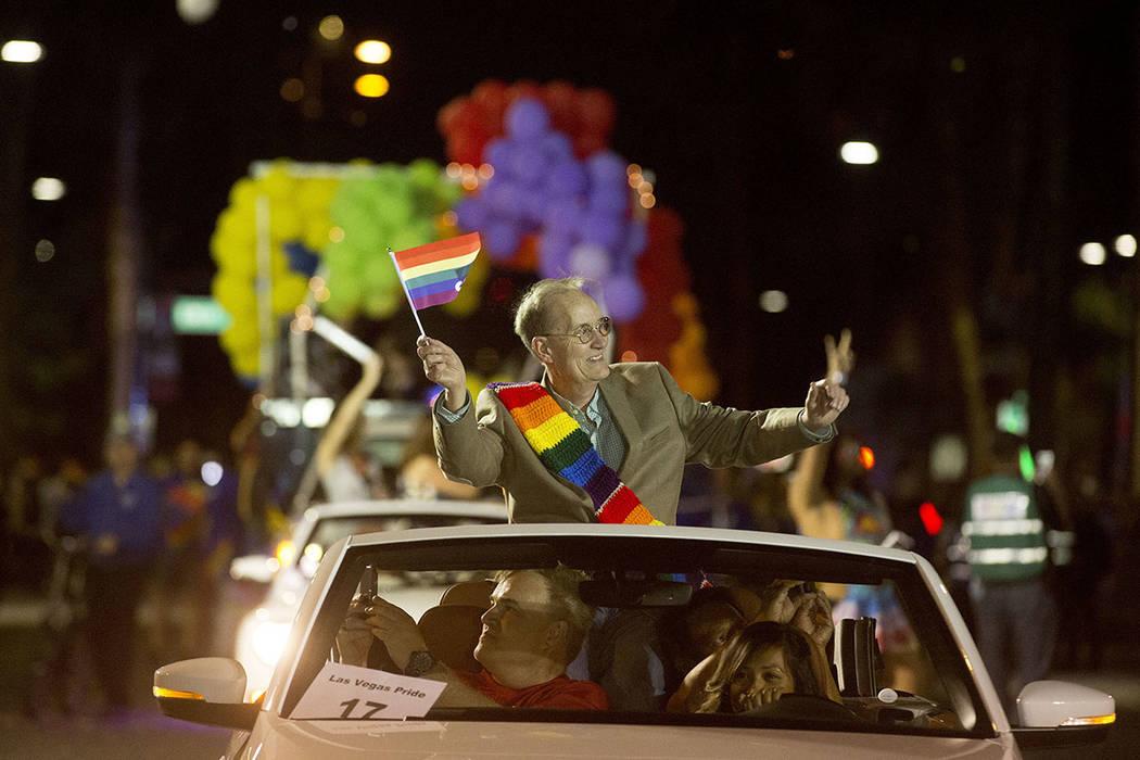 El gran mariscal de la comunidad Parade, Dennis McBride, saluda desde un automóvil durante el 19no Desfile Nocturno anual de PRIDE en el centro de Las Vegas, el viernes 20 de octubre de 2017.   F ...