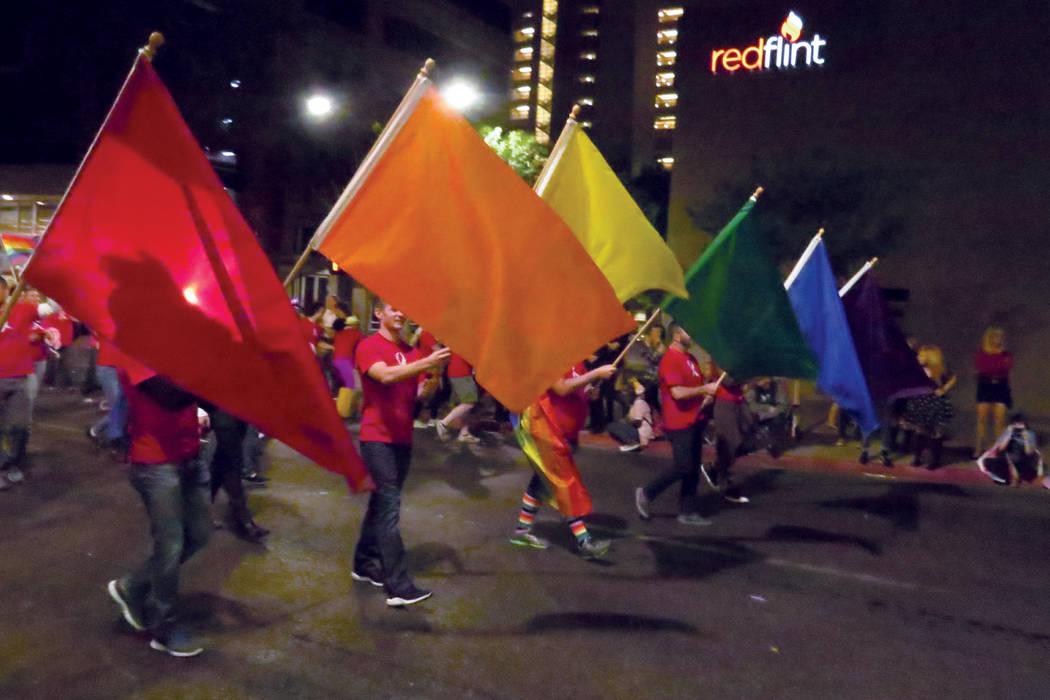 El centro de Las Vegas se iluminó con los colores del arcoíris, símbolo de la bandera gay. Viernes 20 de octubre en el centro de Las Vegas.   Foto Anthony Avellaneda / El Tiempo.