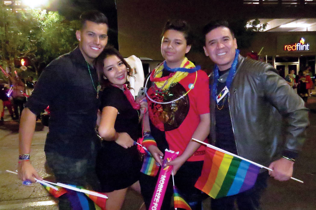 Eduardo Cobos (derecha) y sus acompañantes disfrutaron del Desfile del Orgullo Gay 2017. Viernes 20 de octubre en el centro de Las Vegas. | Foto Anthony Avellaneda / El Tiempo.