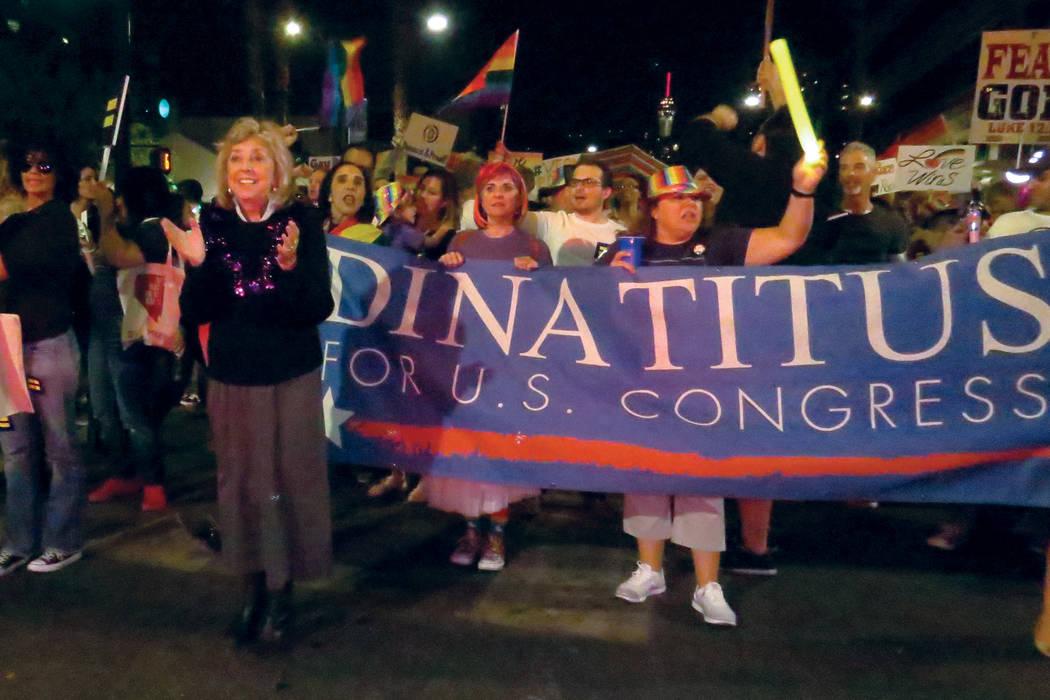 La congresista Dina Titus se unió en apoyo a la comunidad LGBTQ. Viernes 20 de octubre en el centro de Las Vegas. | Foto Anthony Avellaneda / El Tiempo.
