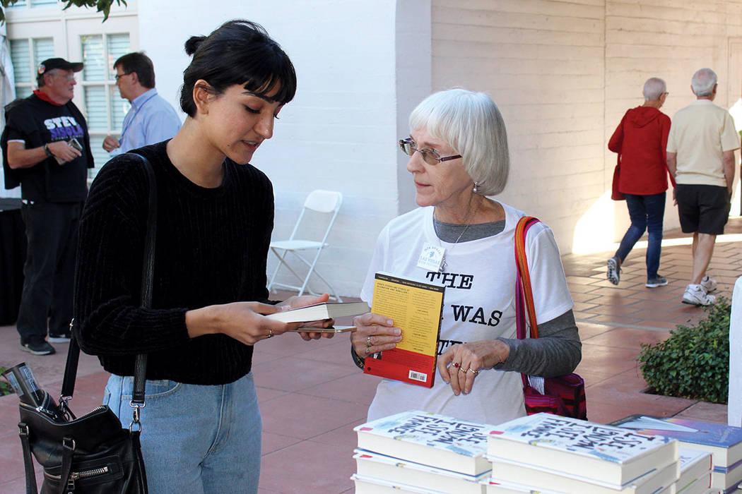 Aficionados a la lectura se reunieron en el centro de Las Vegas para el festival del libro. Fotos, sábado 21 de octubre en Historic Fifth Street School, Las Vegas. | Foto Cristian De la Rosa / El ...