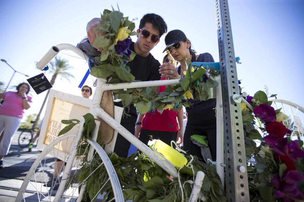 La viuda del Dr. Kayvan Khiabani Katy Barin, derecha, y su hijo Aria Khiabani, de 16 años, dejan una corona en la bicicleta fantasma del Dr. Khiabani durante un servicio conmemorativo en la esqui ...
