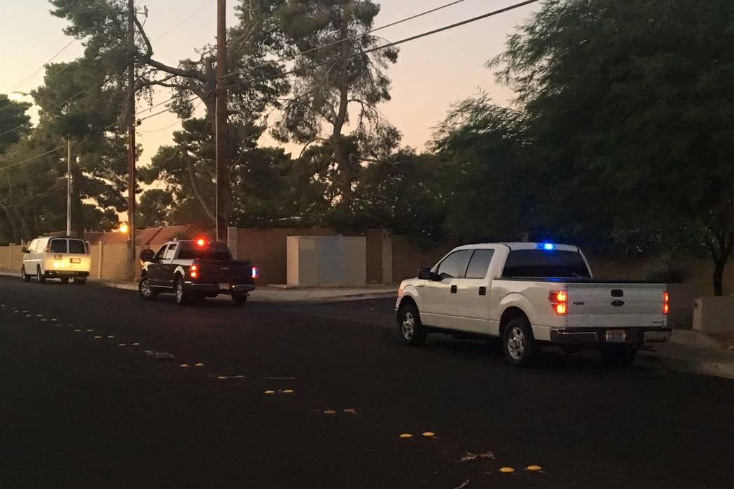 La policía de Las Vegas investiga el accidente de una motocicleta robada en Topaz Street, cerca de Tropicana Avenue, el martes 24 de octubre de 2017. Bizuayehu Tesfaye Las Vegas Review-Journal @b ...