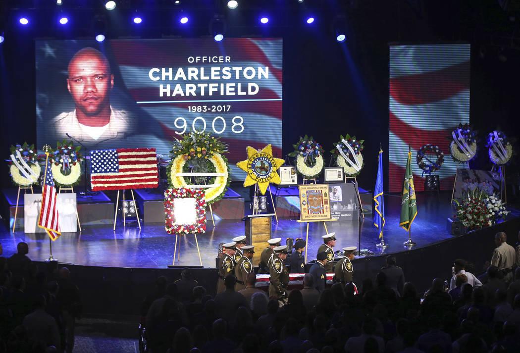 Portadores funerarios cargan el ataúd del oficial de policía de Las Vegas Charleston Hartfield durante su funeral, el viernes 20 de octubre de 2017 en Henderson, Nev. Hartfield fue asesinado por ...