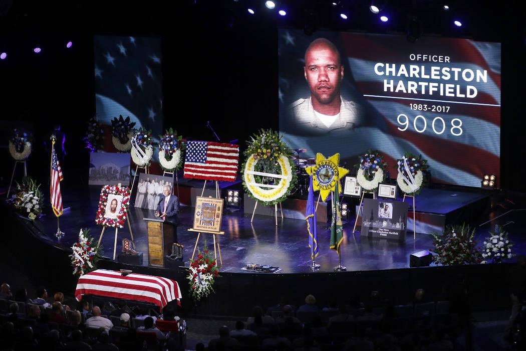 El pastor Mike Ellingsen habla durante el funeral del oficial de policía de Las Vegas Charleston Hartfield, el viernes 20 de octubre de 2017 en Henderson, Nev. Hartfield fue asesinado por un homb ...