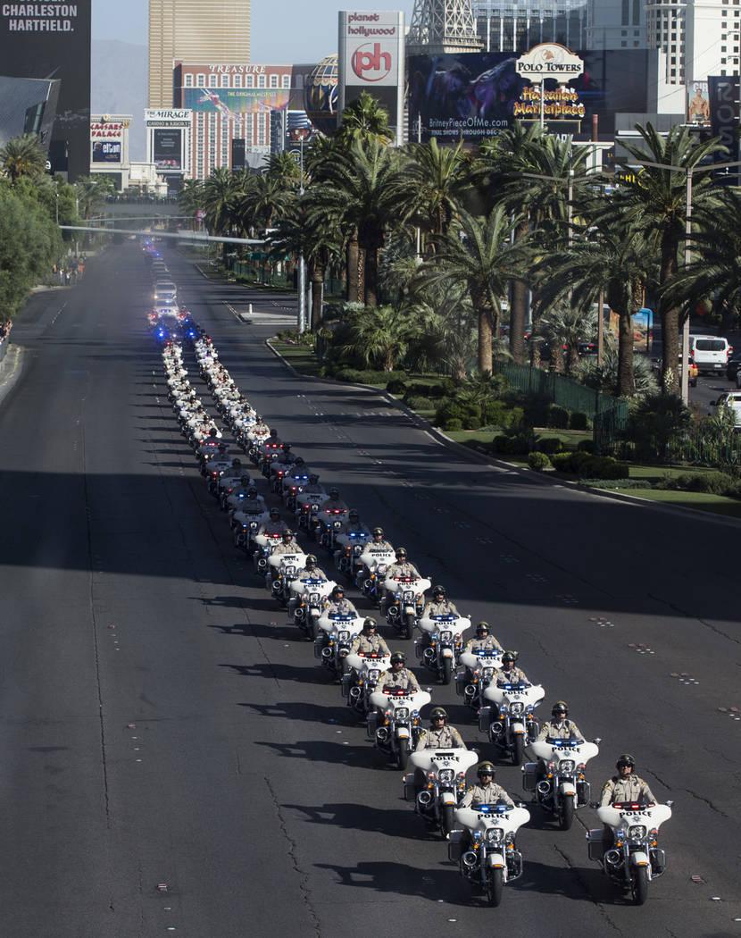 La procesión fúnebre del oficial de policía de Las Vegas y veterano de la Guardia Nacional de Nevada Charleston Hartfield, en la intersección de Tropicana Avenue y Las Vegas Boulevard en Las V ...
