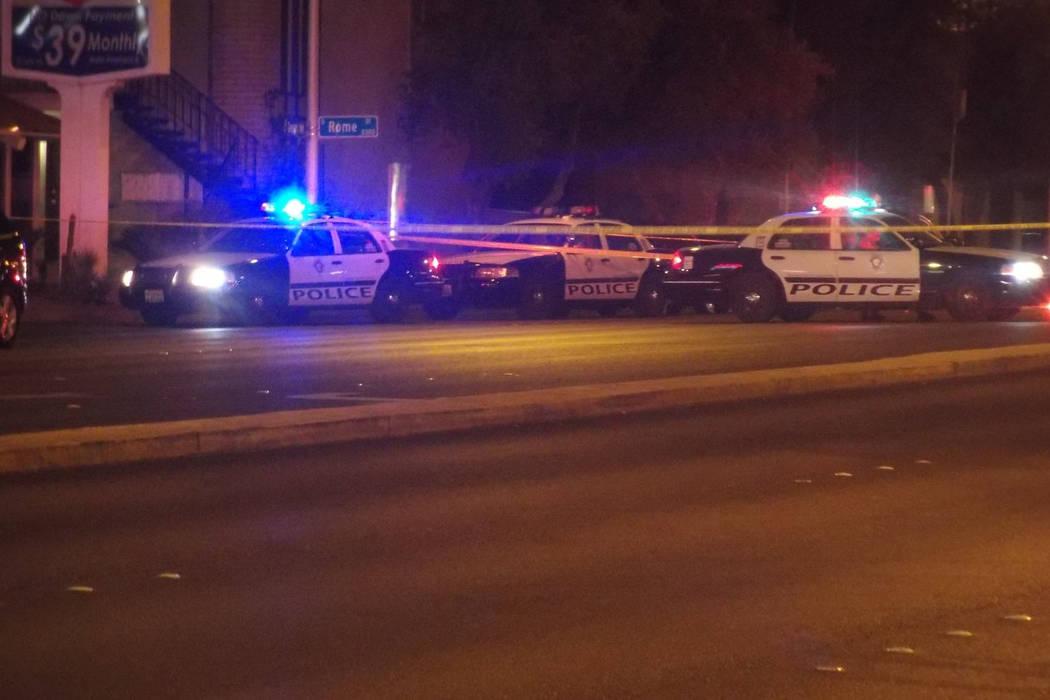 La policía de Las Vegas investiga un tiroteo mortal en 1135 E. Desert Inn Road el martes 24 de octubre de 2017. Max Michor / Las Vegas Review-Journal