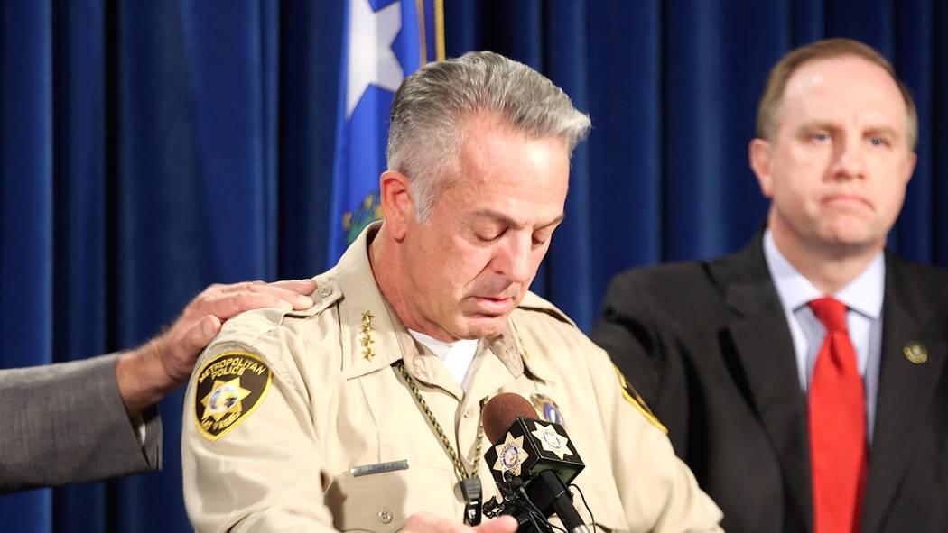 El comisario del condado de Clark Joe Lombardo, a la izquierda, se emociona durante una conferencia de prensa en el Departamento de Policía Metropolitana en Las Vegas el 13 de octubre de 2017, co ...