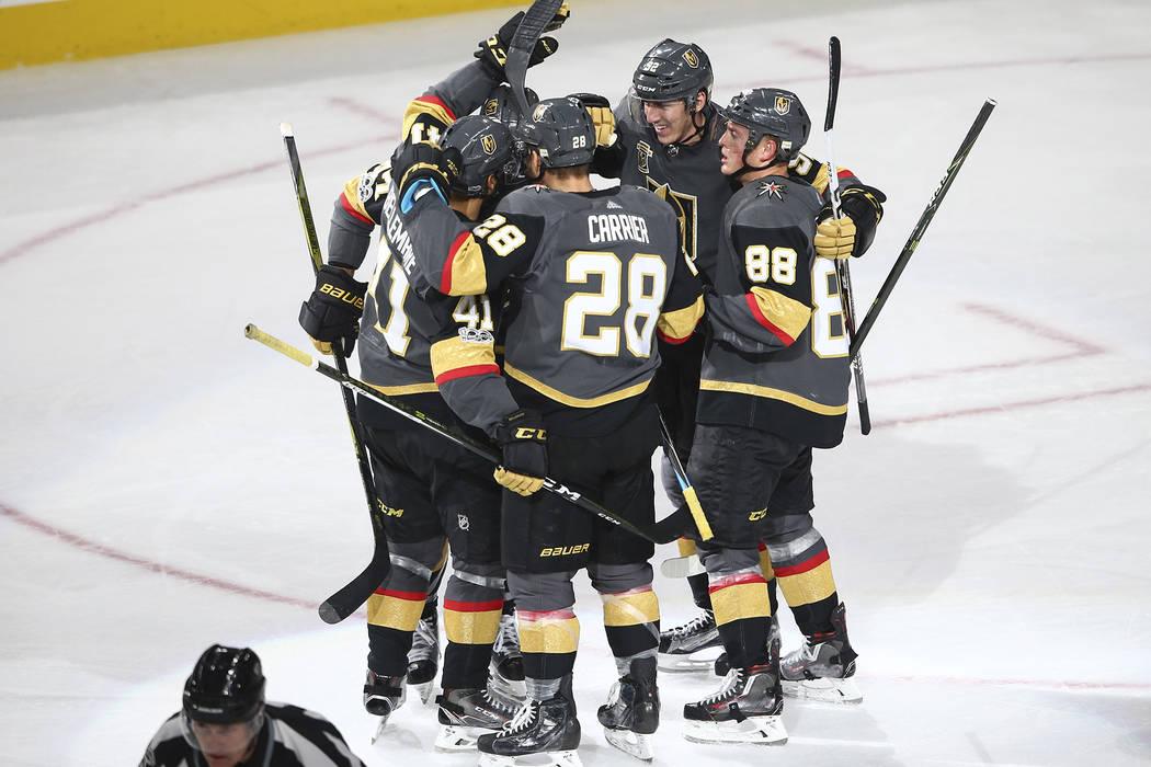 Los jugadores de Golden Knights celebran un gol de Pierre-Edouard Bellemare (41) contra los Chicago Blackhawks durante un partido de hockey de la NHL en T-Mobile Arena en Las Vegas el martes 24 de ...