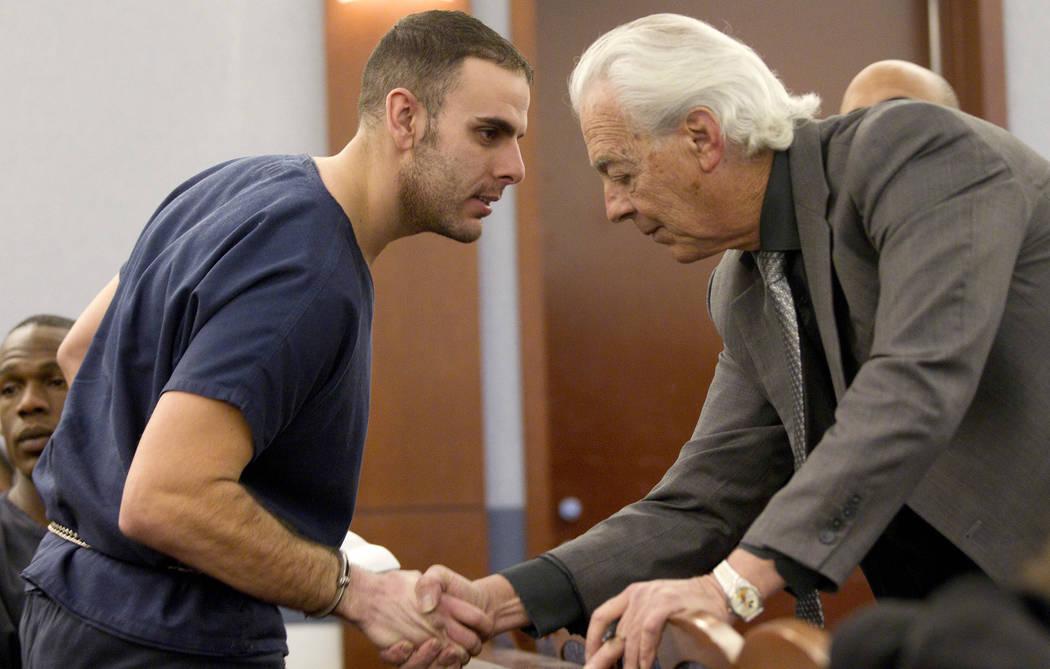 Anthony M. Carleo, izquierda, habla con su abogado William Terry antes del comienzo de la corte, el lunes 7 de febrero de 2011 en Las Vegas. Carleo hizo su primera aparición en la corte desde su  ...