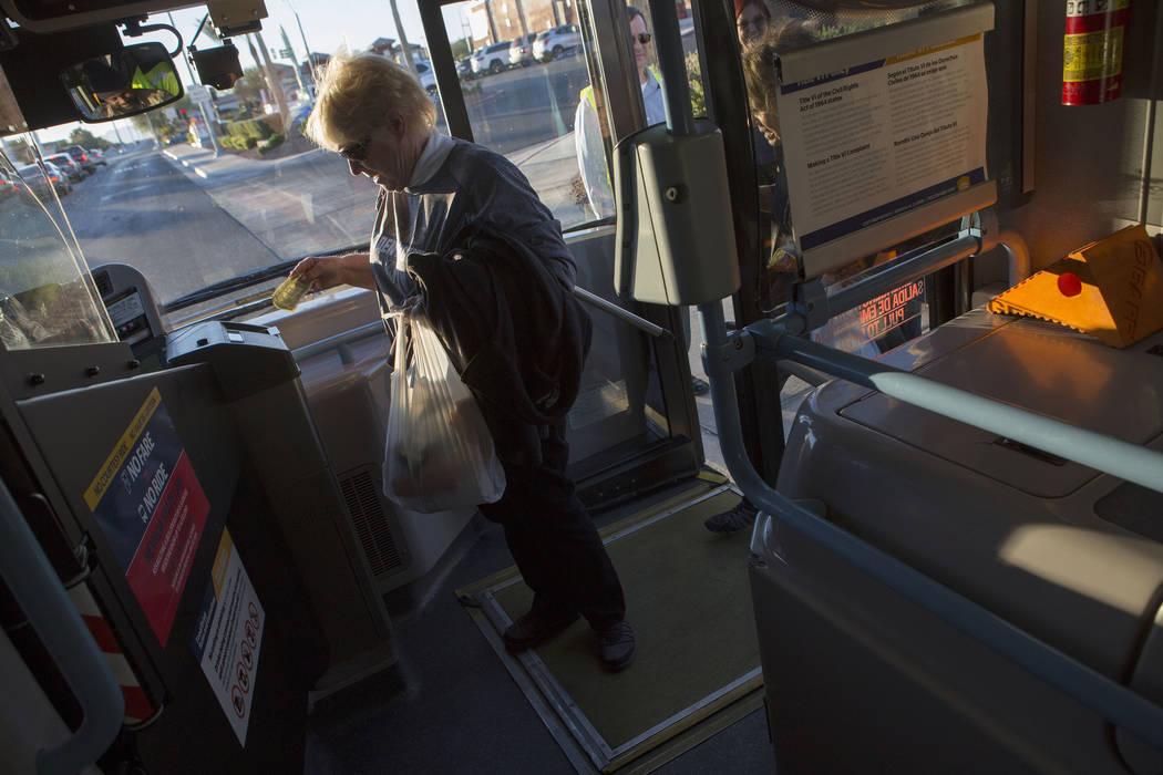 Suzanne Buchman sube a un autobús expreso en South Eastern Avenue e East Pebble Road en Henderson para llevarla al T-Mobile Arena en Las Vegas para el juego Vegas Golden Knights el martes 24 de o ...