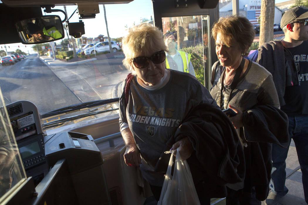 Suzanne Buchman, izquierda y Caryn Dibble abordan un autobús expreso en South Eastern Avenue e East Pebble Road en Henderson para llevarlas al T-Mobile Arena en Las Vegas para el juego Vegas Gold ...