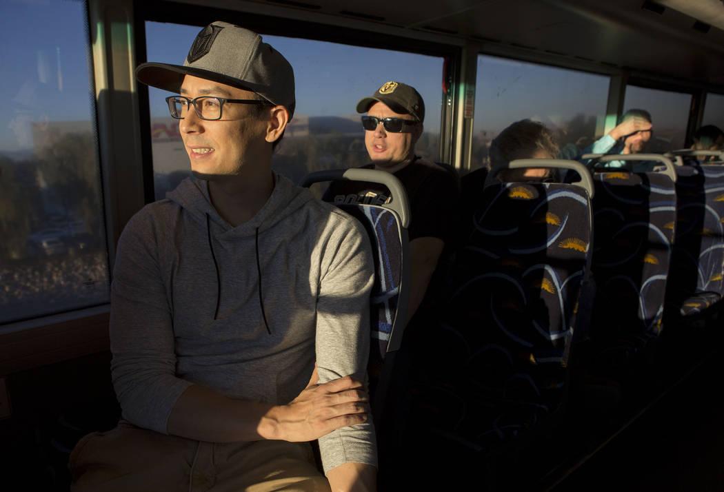 Phillip Buche, a la izquierda, toma el autobús expreso desde South Eastern Avenue e East Pebble Road en Henderson hasta T-Mobile Arena en Las Vegas para el juego Vegas Golden Knights el martes 24 ...