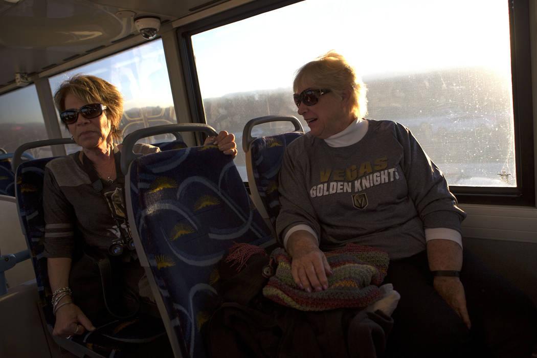 Caryn Dibble, izquierda, y Suzanne Buchman viajan en un autobús expreso desde South Eastern Avenue e East Pebble Road en Henderson hasta T-Mobile Arena en Las Vegas para el juego Vegas Golden Kni ...