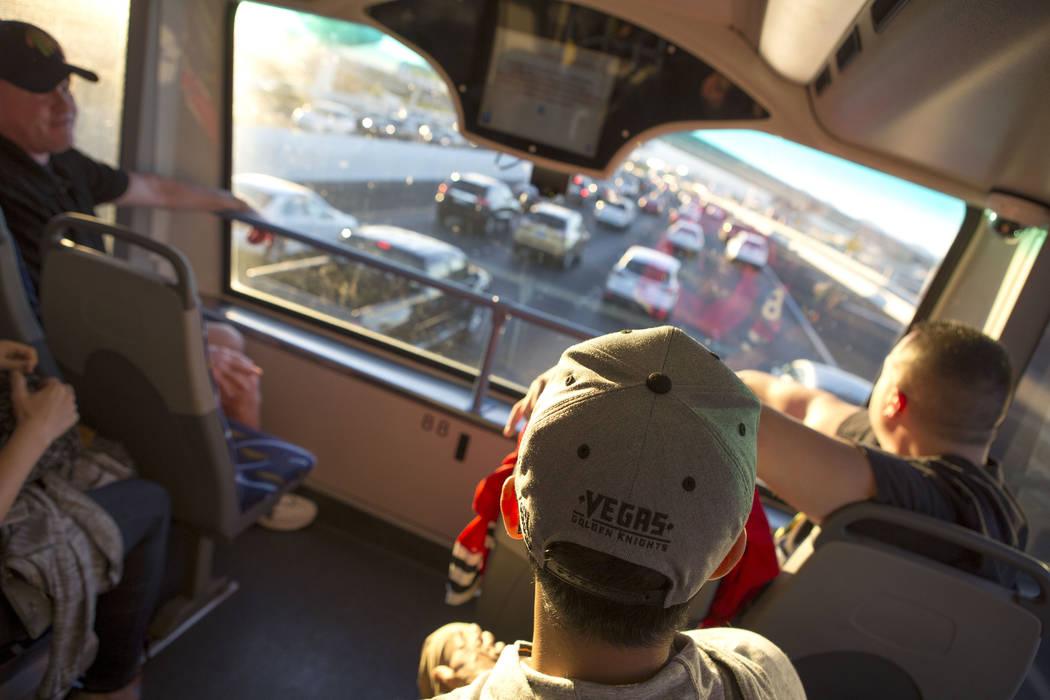 Phillip Buche luce un sombrero Vegas Golden Knights mientras viaja en el autobús expreso desde South Eastern Avenue e East Pebble Road en Henderson hasta T-Mobile Arena en Las Vegas para el juego ...