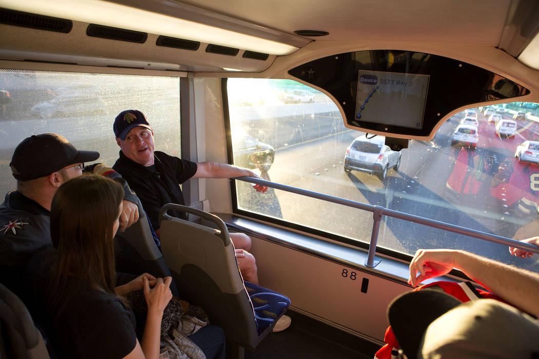 Los fanáticos del hockey viajan en el autobús expreso desde South Eastern Avenue e East Pebble Road en Henderson hasta T-Mobile Arena en Las Vegas para el juego Vegas Golden Knights el martes 24 ...