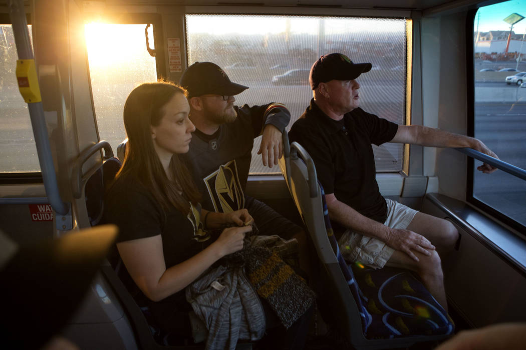 Los fanáticos de Hockey Trish Harrison, izquierda, su esposo Russ Harrison y Bill Smith toman un autobús expreso en ruta a T-Mobile Arena en Las Vegas para el juego Vegas Golden Knights el marte ...