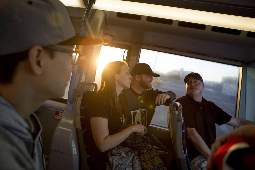 Los fanáticos de Hockey Phillip Busche, izquierda, Trish Harrison, Russ Harrison y Bill Smith toman un autobús expreso en ruta al T-Mobile Arena en Las Vegas para el juego Vegas Golden Knights e ...