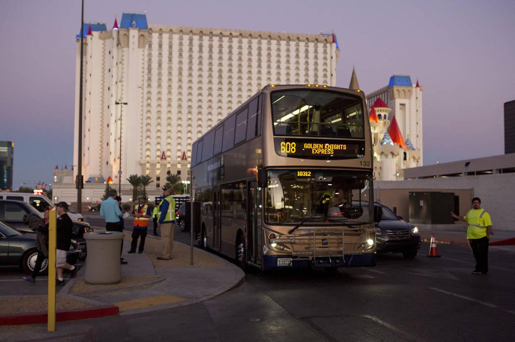 Un autobús expreso llega a T-Mobile Arena en Las Vegas para el juego Vegas Golden Knights el martes, 24 de octubre de 2017. Bridget Bennett Las Vegas Review-Journal @BridgetKBennett