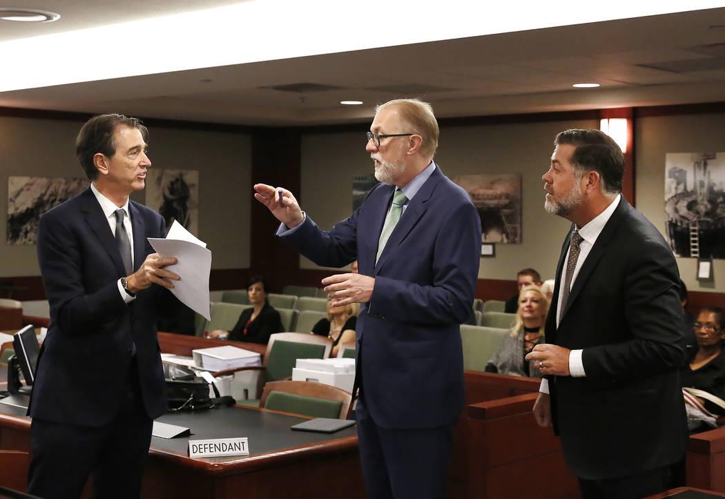 Abogados que representan a MGM Resorts International, Michael Doyen, a la izquierda, Todd Bice y Brian Nettles, a la derecha, abogado de Rachel Sheppard, quien recibió tres disparos durante los t ...