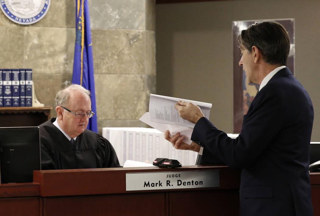 Michael Doyen, abogado representante de MGM Resorts International, presenta un documento firmado al juez Mark Denton en el Centro de Justicia Regional el lunes 30 de octubre de 2017 en Las Vegas.  ...