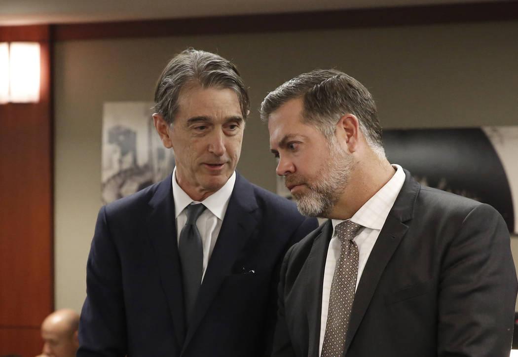 Michael Doyen, abogado representante de MGM Resorts International, a la izquierda, y Brian Nettles, abogado de Rachel Sheppard, quien recibió tres disparos durante el tiroteo masivo del 1° de oc ...