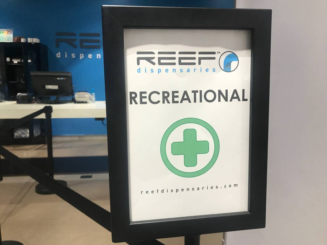 El 15 de agosto de 2017 se exhibe un letrero para clientes recreativos en la ubicación de los dispensarios Reef North Las Vegas, 1366 W. Cheyenne Ave. # 110 y # 111. (Kailyn Brown / Vista) @Kaily ...