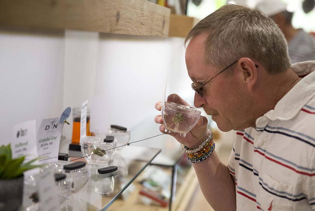 Kris Counts, residente de Las Vegas, olfatea el cannabis en exhibición antes de hacer una compra en el dispensario de cannabis The Source en Henderson el viernes 20 de octubre de 2017. Richard Br ...