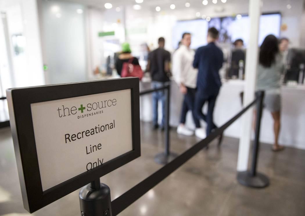 Los clientes hacen sus compras en el dispensario de cannabis The Source en Henderson el viernes 20 de octubre de 2017. Richard Brian Las Vegas Review-Journal @vegasphotograph