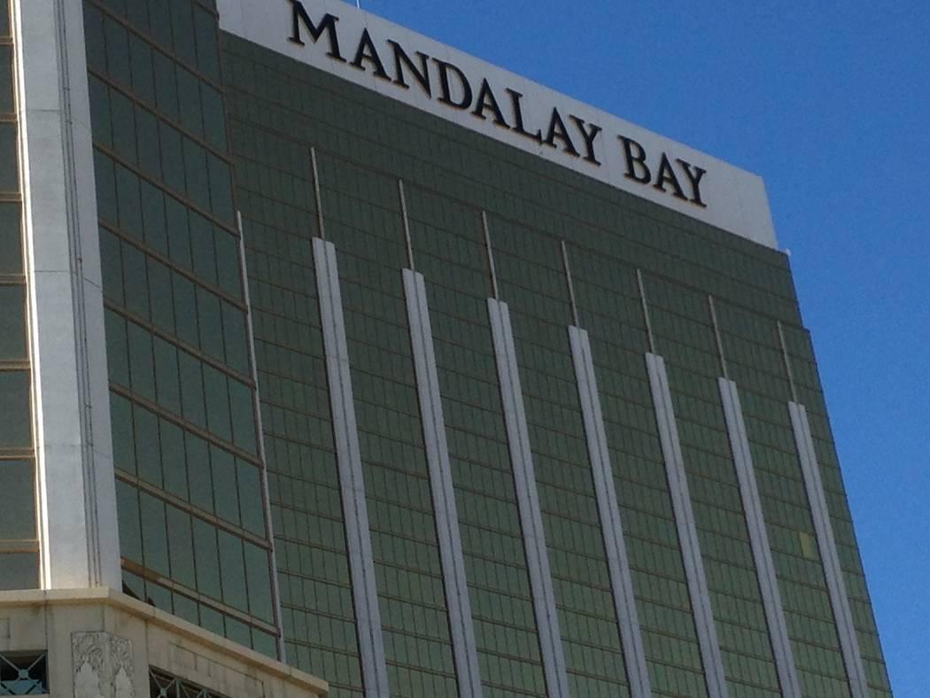 Una ventana rota es cubierta en el Mandalay Bay en Las Vegas, como es visto el viernes, 6 de octubre de 2017. Eli Segall / Las Vegas Review-Journal