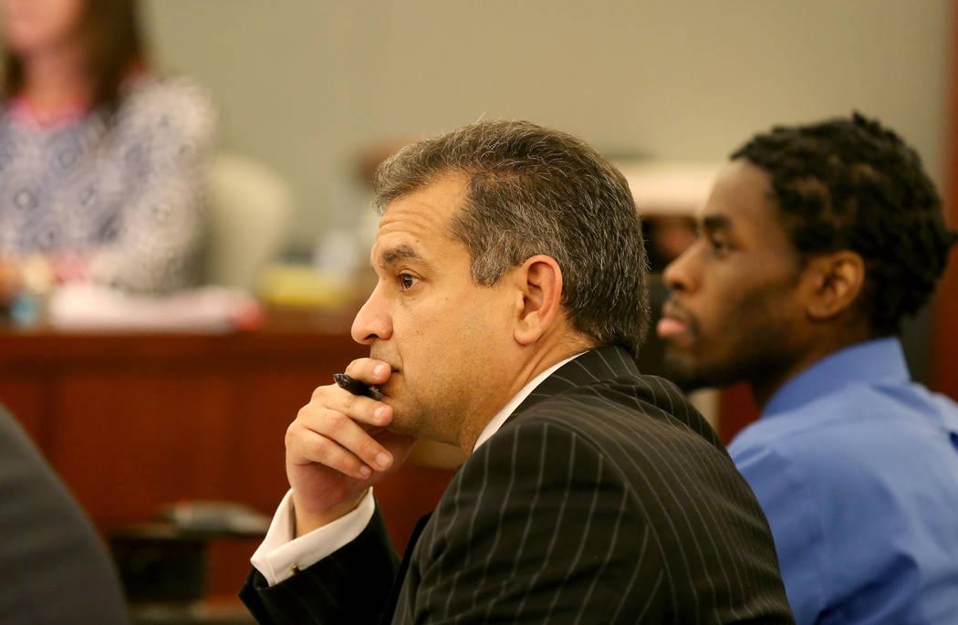 El abogado Christopher Oram, izquierda, y Bryan Clay, acusados de violar y matar a una mujer y su hija de 10 años, durante la selección del jurado para el juicio de Clay en el Regional Justice C ...
