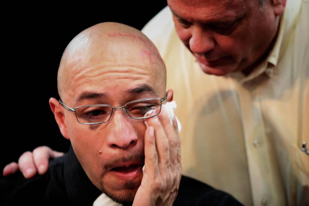 Arturo Martínez se limpia una lágrima mientras Dale Davidson lo consuela durante una conferencia de prensa el 12 de julio de 2012, en el Real KO Boxing Gym en North Las Vegas. Martínez casi fue ...