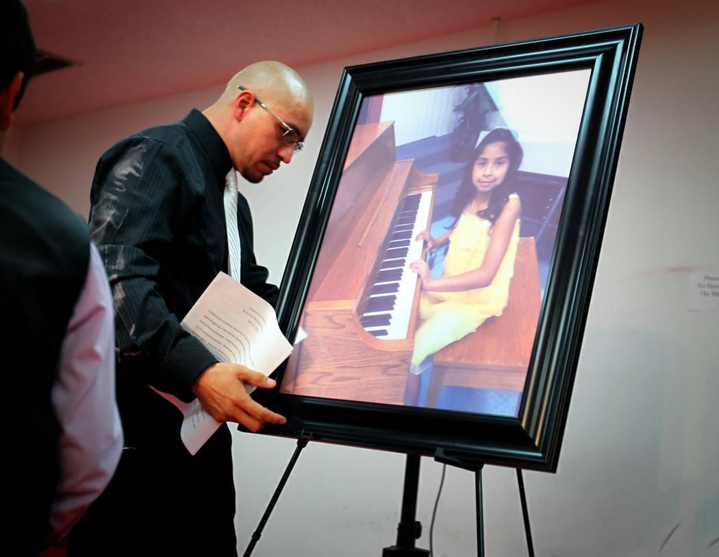 Arturo Martínez toca un retrato de su hija de 10 años, Karla Martinez, en exhibición el jueves 12 de julio de 2012, en el Real KO Boxing Gym en North Las Vegas. Martínez casi fue golpeado hast ...