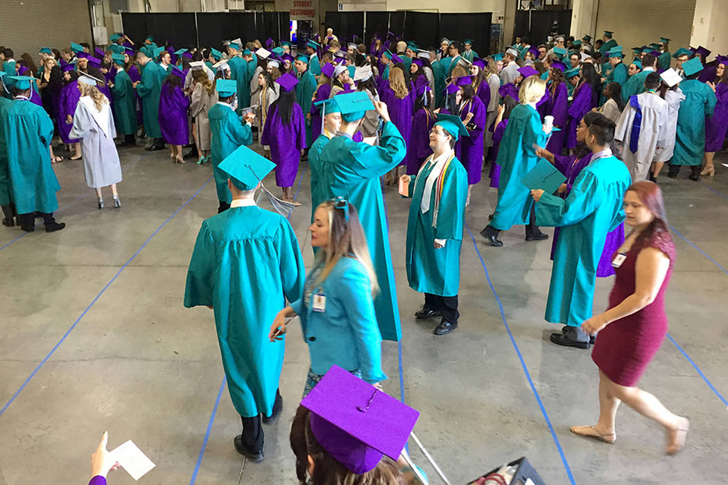 ARCHIVO- Los estudiantes de Silverado High School se congregan en un cuarto trasero en Orleans Arena antes de graduarse el miércoles por la mañana. La arena albergará 28 graduaciones este año. ...