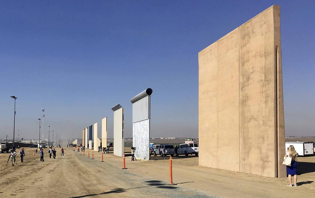 La gente observa los prototipos de un muro fronterizo el jueves 26 de octubre de 2017 en San Diego. Los contratistas completaron ocho prototipos del muro fronterizo propuesto por el presidente Don ...