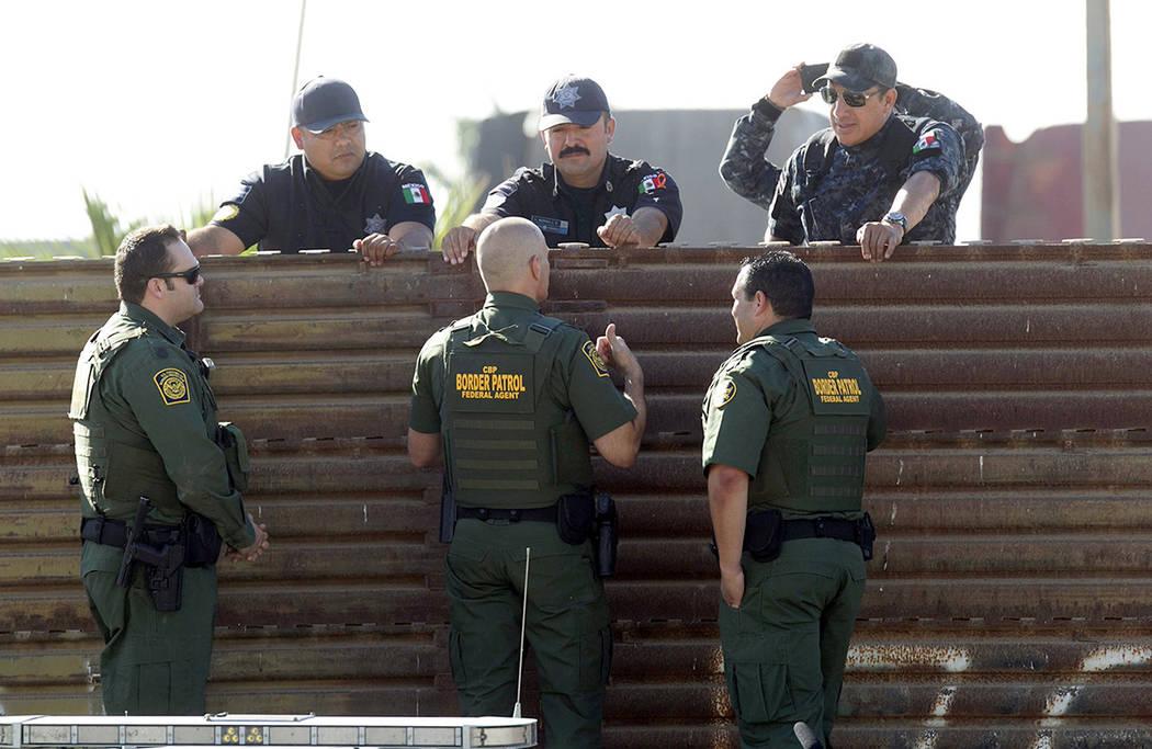 El comisionado adjunto interino de Aduanas y Protección de Fronteras Ronald Vitiello, primer plano del centro y otros dos agentes de CBP, hablarán sobre la valla primaria a sus contrapartes de l ...