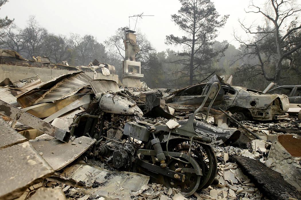 Los restos quemados de una motocicleta se encuentran en lo que una vez fue un garaje de un hogar cerca del Silverado Country Club and Resort. Martes, 10 de octubre de 2017, Napa, California. Incen ...