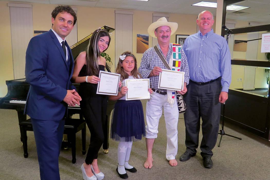Tres de los ganadores reciben el reconocimiento otorgado por los músicos Antonio Carnota y Marco Varela. Viernes 27 de octubre. | Foto Anthony Avellaneda / El Tiempo.