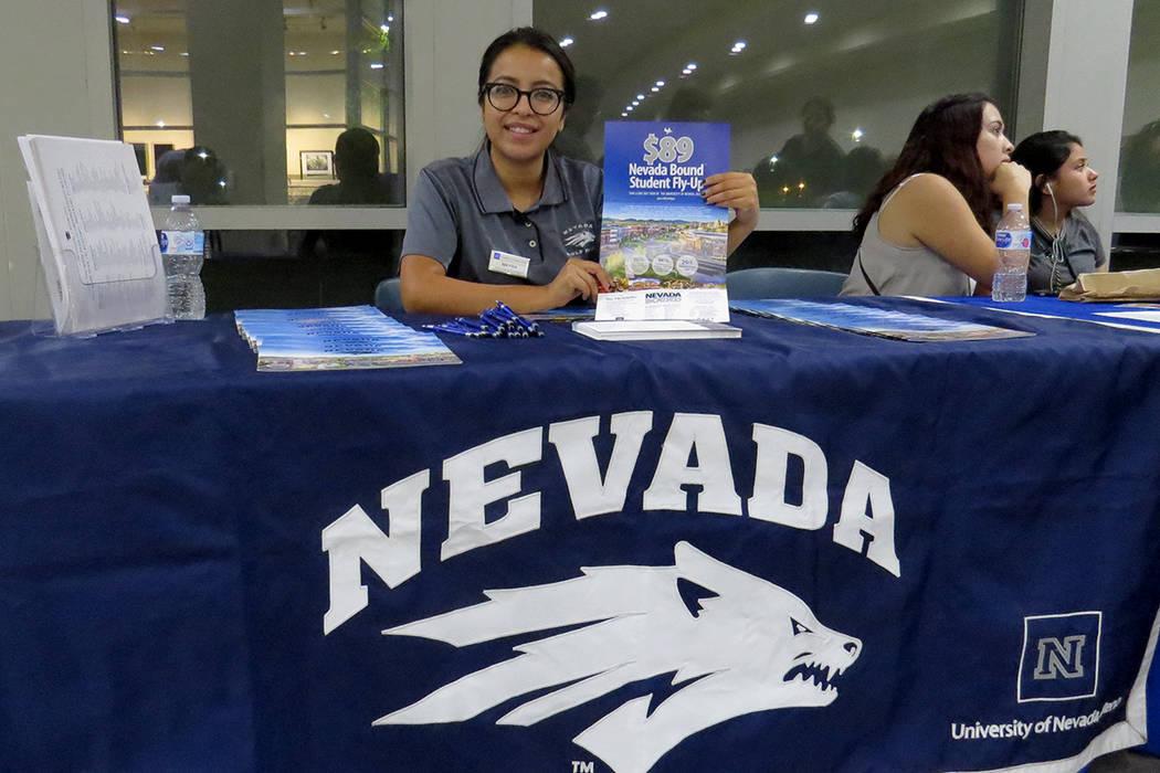 """""""Muchas veces piensan que no pueden asistir a una universidad y eso no es cierto. Sí pueden hacerlo y lograr la carrera de sus sueños"""": Mayra Sierra, representante de UNR. Miércoles 25 de o ..."""