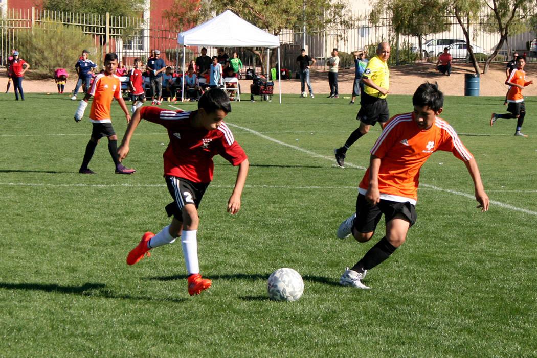 Jugadores de NV Stars (de rojo) y de Cordica (anaranjado) disputan el balón en la final el domingo 29 de octubre del 2017. | Foto Valdemar González / El Tiempo.