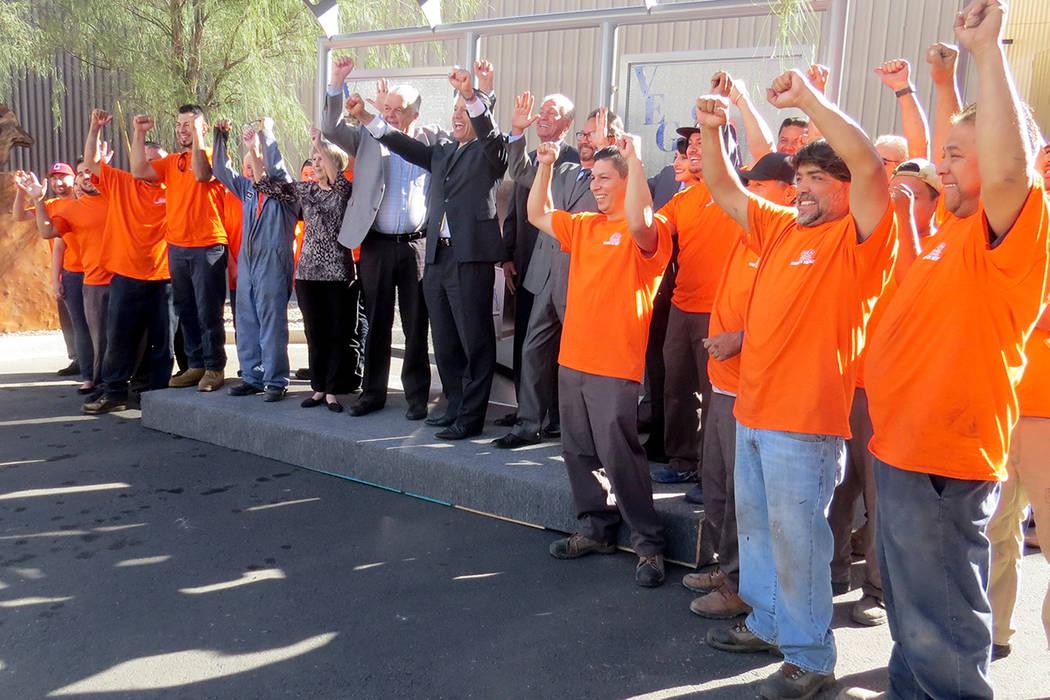 El gobernador Sandoval se tomó la foto del recuerdo con los trabajadores de GDC. Lunes 30 de octubre en GDC. | Foto Anthony Avellaneda / El Tiempo.