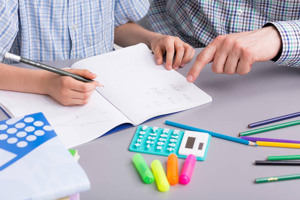 Cada actividad indica a qué edades o grados se aplican—desde la edad preescolar hasta el quinto grado—sugiriendo a qué edad los niños están listos para intentarla.