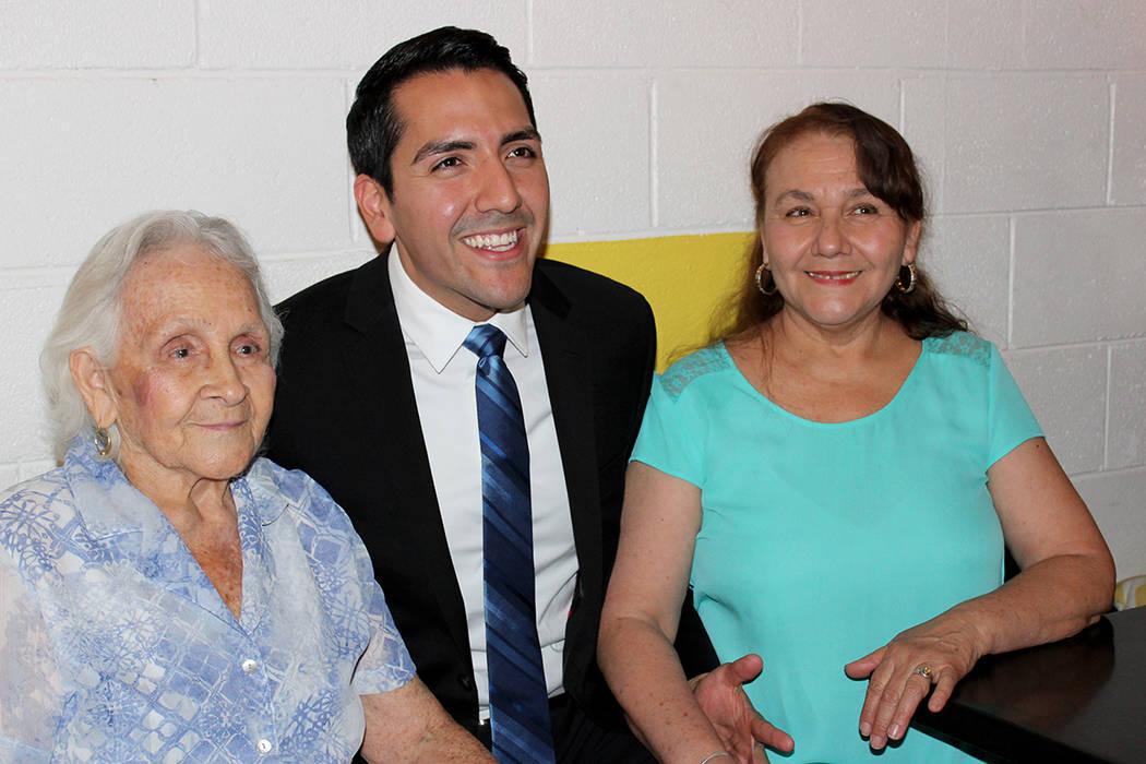 Araujo contó con el apoyo de su madre y abuela para el inicio de su campaña. 24 de octubre en Café Makers. | Foto Cristian De la Rosa / El Tiempo.