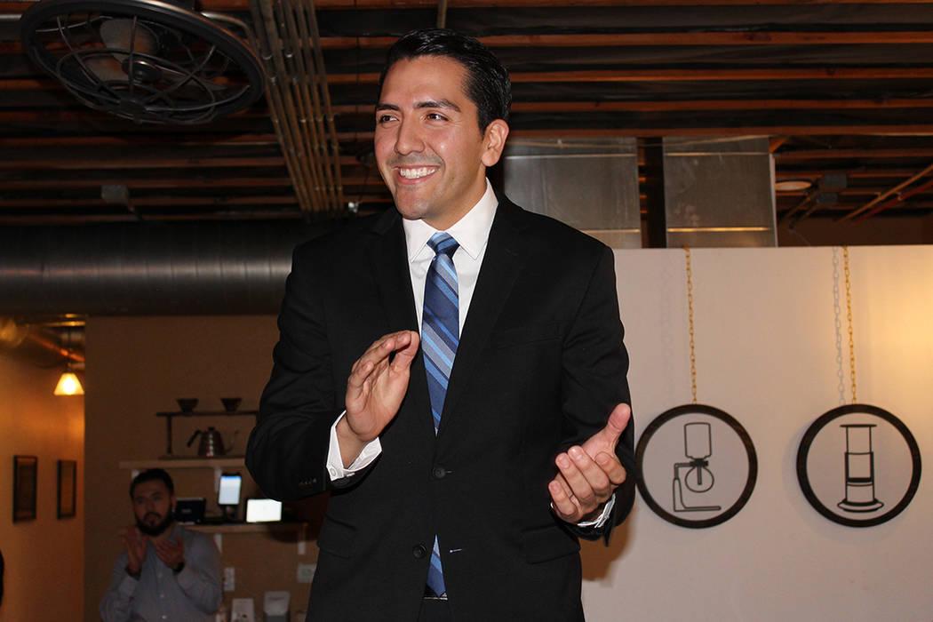 Nelson dio un discurso para anunciar su propuesta de modernizar la apertura de negocios en Nervada. 24 de octubre en Café Makers. | Foto Cristian De la Rosa / El Tiempo.