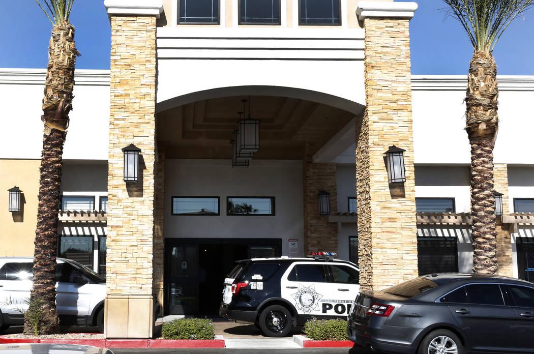 La policía de Las Vegas investiga un asesinato- suicidio en el Centro de Rehabilitación de Transición Welbrook en el 6650 de Grand Montecito Parkway el martes 1° de noviembre de 2017 en Las Ve ...