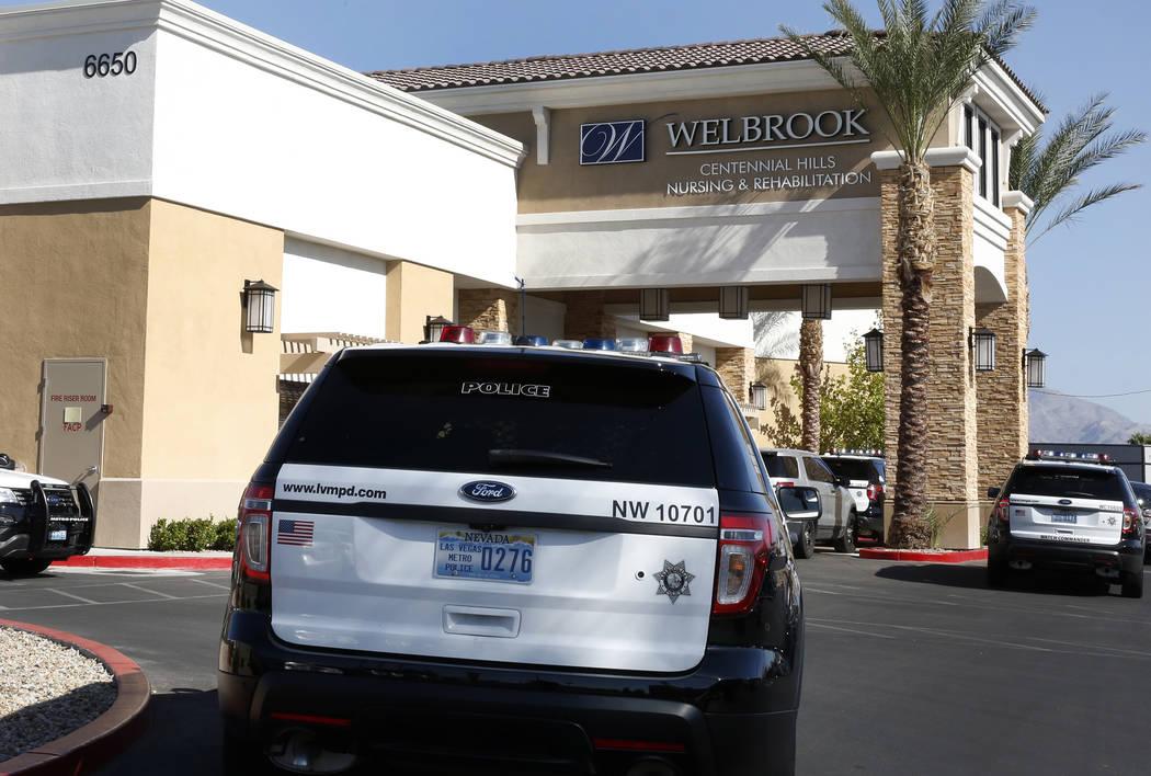 La policía de Las Vegas investiga un asesinato- suicidio en el Centro de Rehabilitación Transicional Welbrook en el 6650 de Grand Montecito Parkway el martes 1° de noviembre de 2017 en Las Vega ...