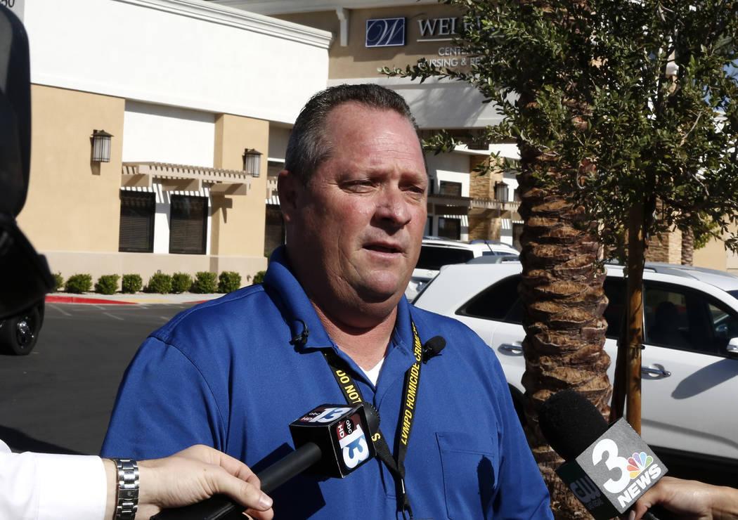 El sargento de policía de Las Vegas Matthew Sanford se dirige a los medios de comunicación fuera del Centro de Rehabilitación Transicional Welbrook en el 6650 de Grand Montecito Parkway donde l ...