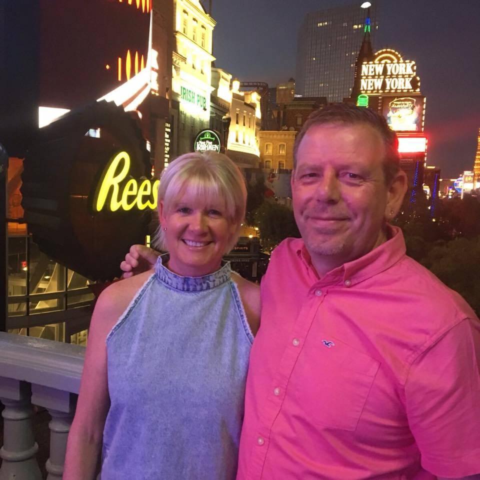 Ian y Wendy Gomm se quedaron en el Luxor durante el tiroteo del 1° de octubre. Aunque no estaban en el concierto, corrieron con una multitud escapando de los disparos.