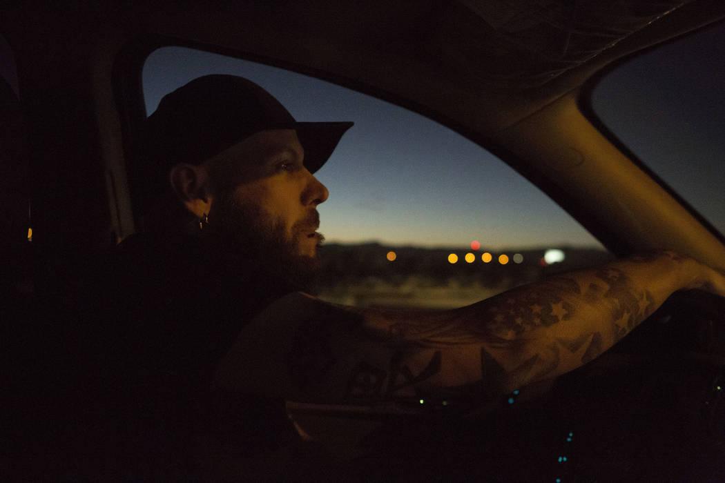 El supervisor del Desert Cab, Dustin Webster, conduce frente al Mandalay Bay en Las Vegas el jueves 26 de octubre de 2017. Bridget Bennett Las Vegas Review-Journal @BridgetKBennett