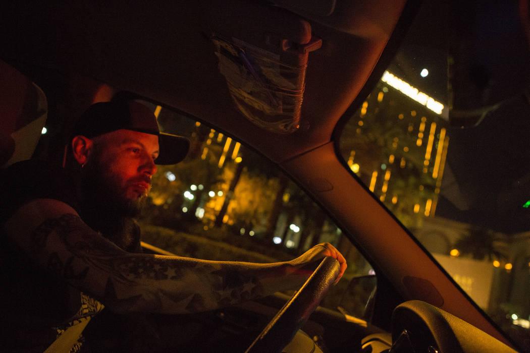 El supervisor del Desert Cab, Dustin Webster, conduce frente al Mandalay Bay en Las Vegas el jueves 26 de octubre de 2017. Webster conducía la noche del tiroteo del 1° de octubre. Bridget Bennet ...